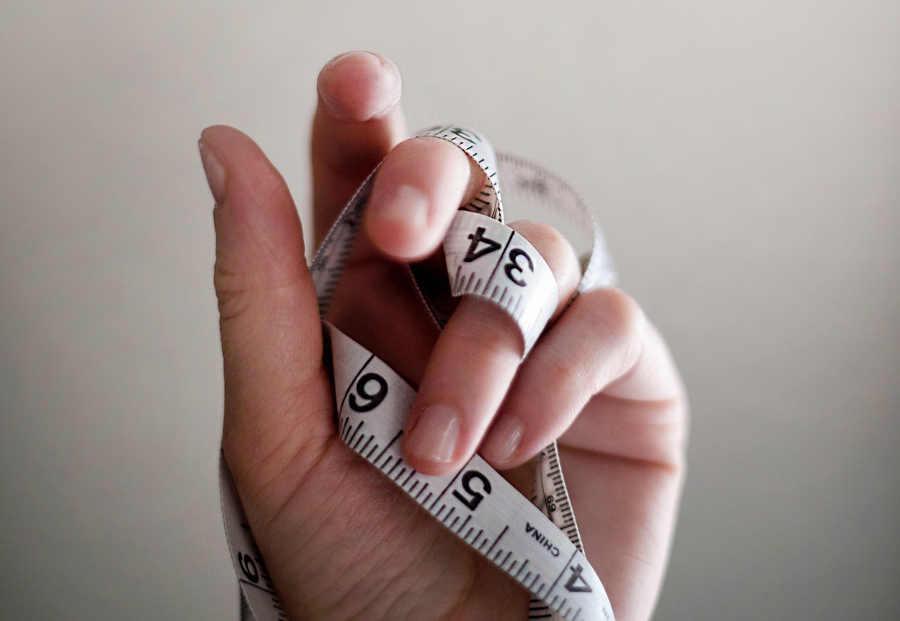 Mentro de medir en mano