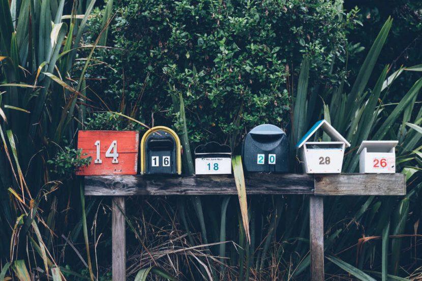 Buzones de correo en fila sobre vegetación